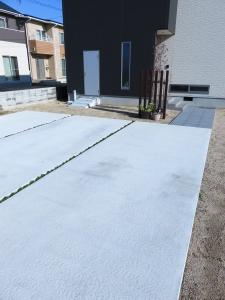 広い駐車スペースを確保しながら、アプローチの素材を変えて通路を明確にしています。