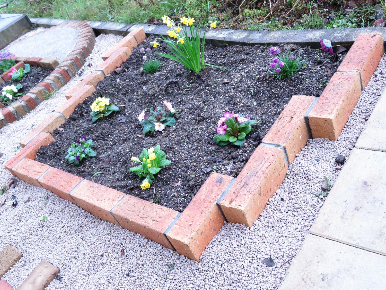 レンガを使った花壇を施工しました。