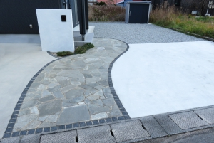 塗り壁門柱  アプローチ石貼り 土間コンクリート  敷地内 防草シート+砕石敷き