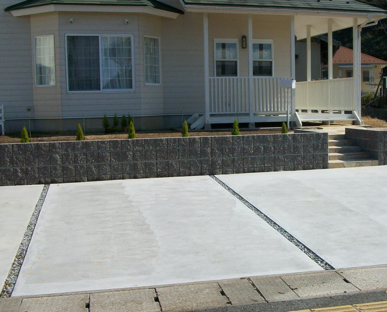 アプローチ TOYOオークルストーン パールイエロー貼り 土留めブロック TOYO リブブロック 土間コンクリート コテ押さえ仕上げ