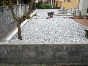 防草シート+砕石敷き
