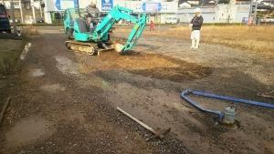緩んだ土を除去