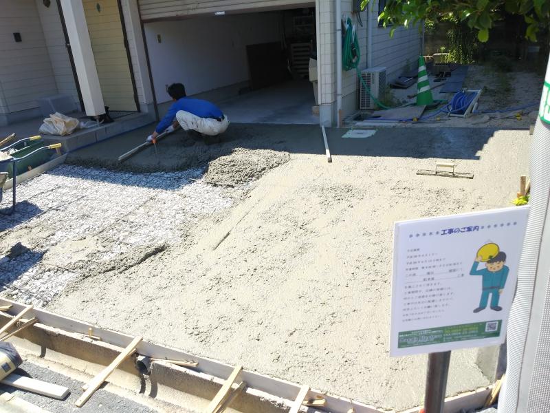 土間コンクリート 打設中