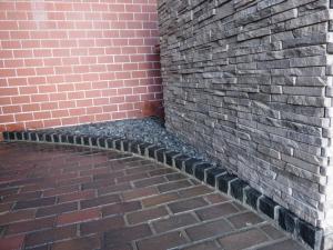 入口の動線を作り出す石