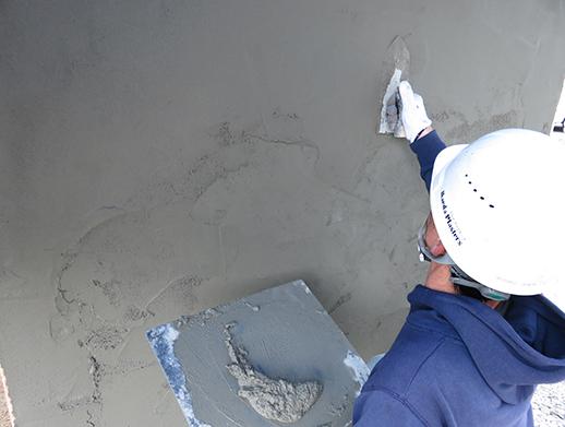 駐車場の土間コンクリートを鏝を使って平らに仕上げます。