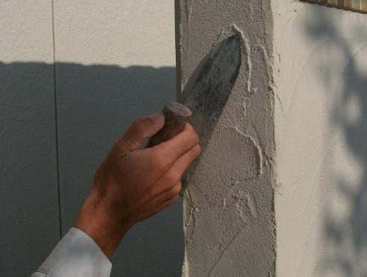 門塀に鏝を使って材料を塗り、わざと色々な模様をつけます。