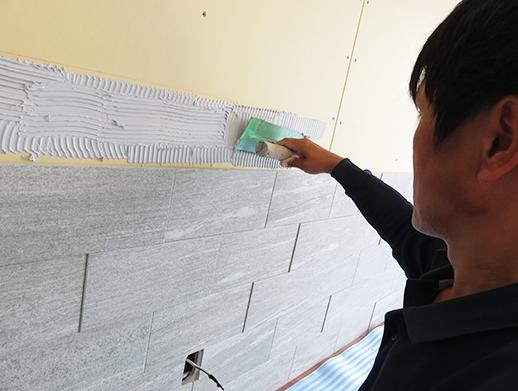 建物の内装の壁に珪藻土を塗り、シックハウス対策をします。