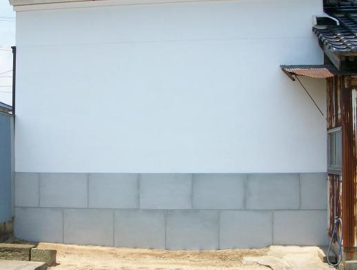古い家屋のひび割れた漆喰や聚楽(じゅらく)を塗り直します。
