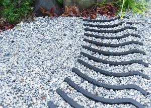 和風のテイスト。瓦風のタイルを貼り白玉砂利を敷きました。