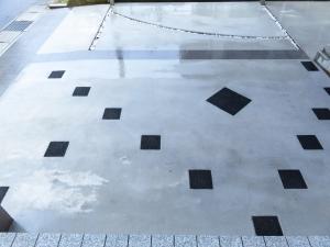 駐車場の土間コンクリート施工しました。 モノトーン調の平板とタイルをバランス良く配置しています。