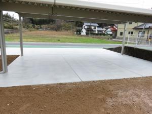 駐車場の土間コンクリート施工です。 カーポート下のコンクリートには、駐車の際の目安になる伸縮目地を入れました。