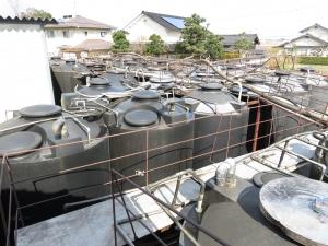 屋外にある醸造樽