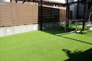 人工芝と木樹脂フェンス