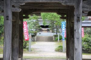 山門の向こうに仏殿